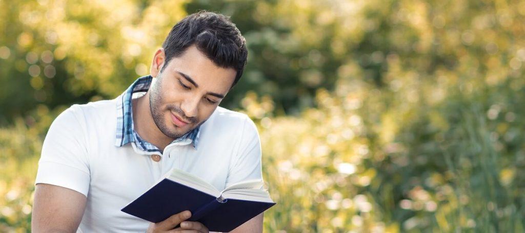 DMM英会話の教材「文法」・本を読む男性
