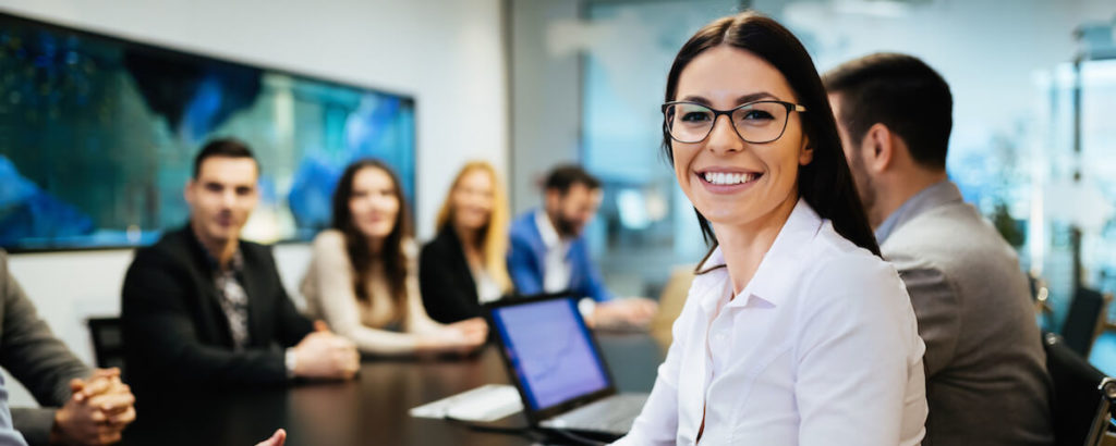 会議で笑う女性