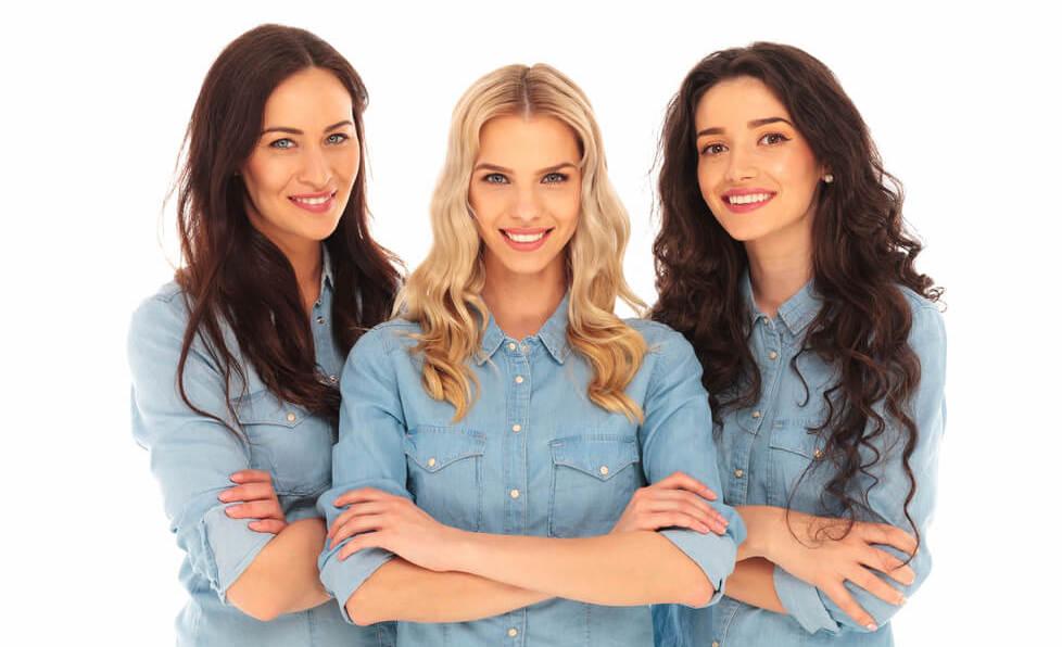 三人の腕を組む女性