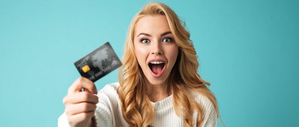 女性とデビットカード