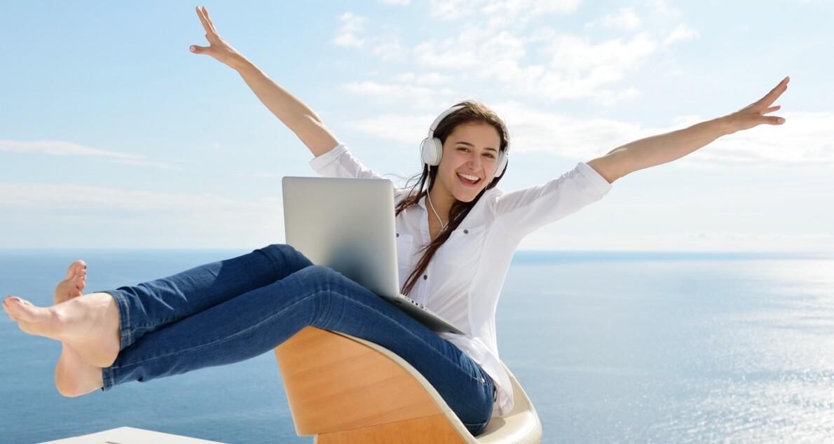 海の前に座る女性