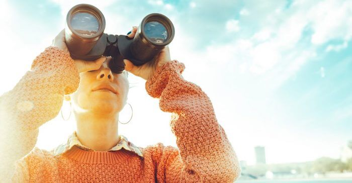 望遠鏡を覗く女性