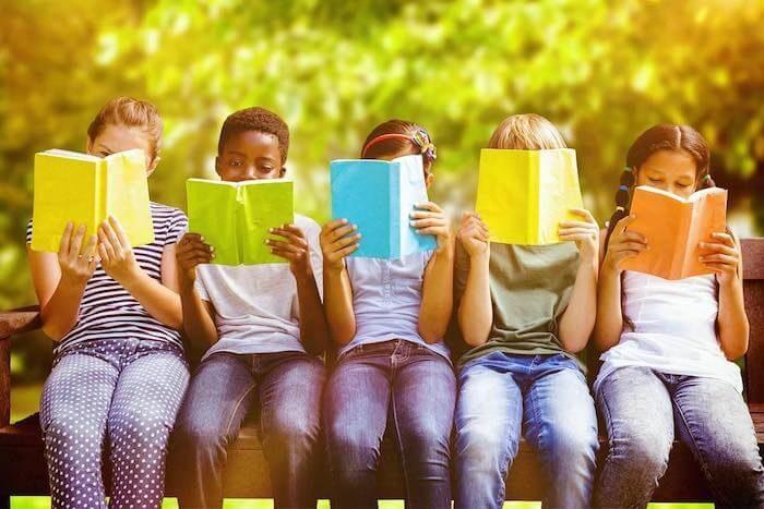 テキストを読む子供達