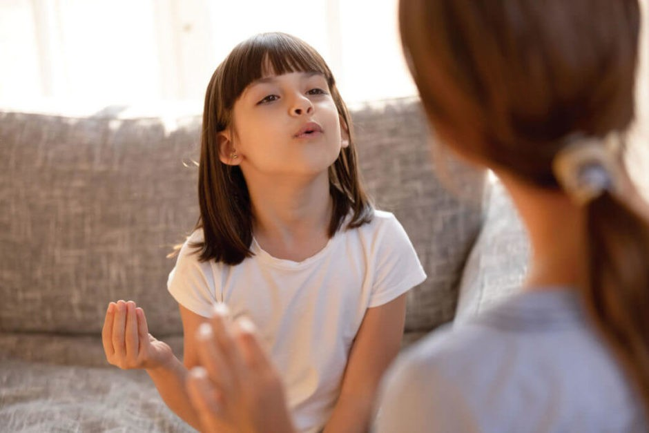 発音の練習をする女の子